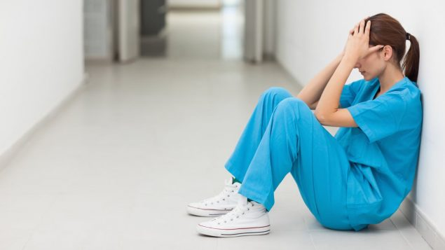 Manque de personnel et heures supplémentaires obligatoires : les infirmières n'en peuvent plus. Elles se disent épuisées par la surcharge de travail et multiplient les moyens de pression afin d'être entendues.