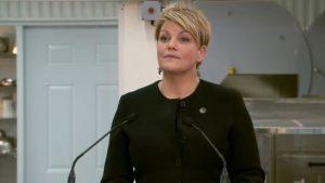La ministre québécoise de l'Environnement, Isabelle Melançon, présente une nouvelle réglementation sur les pesticides « tueurs d'abeilles ». Photo: Radio-Canada