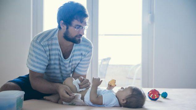 Les pères sont plus nombreux à prendre un congé de paternité depuis l'arrivée du Régime québécois d'assurance parentale. Photo : iStock