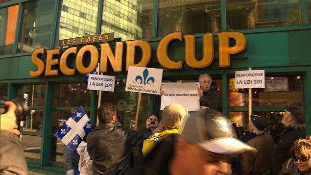 Manifestation contre l'abondance de l'anglais dans l'affichage commercial en 2011 - ICI.Radio-Canada.ca
