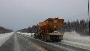 Un chasse-neige d'entretien routier sur le tronçon nord de la route 117 dans la Réserve faunique La Vérendrye Photo : Radio-Canada