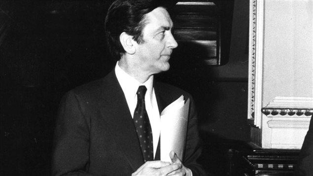 Camille Laurin arrive à l'Assemblée nationale le 27 avril 1977 pour présenter la loi 101. Photo : La Presse canadienne/Louise Bidault