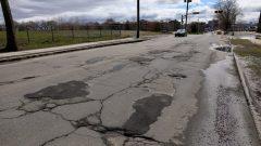 L'avenue D'Estimauville figurait en 2017 au 6e rang des pires routes au Québec selon le CAA. Photo : Radio-Canada