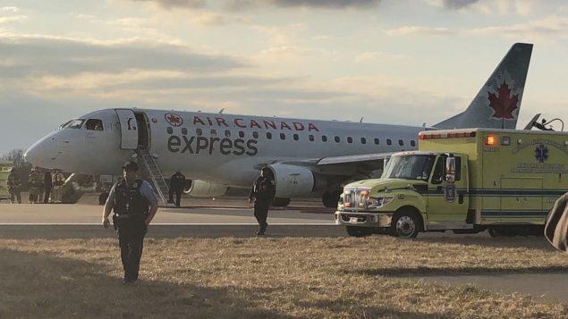 Cet avion d'Air Canada a dû procéder à un atterrissage d'urgence à Washington avant d'être arrivé à bon port. Photo : CBC/David Brown