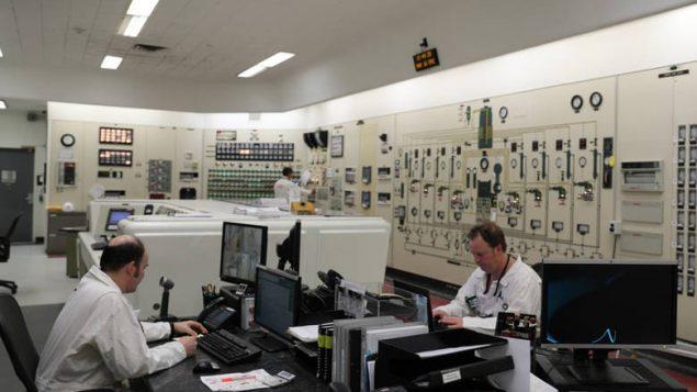 Bon nombre des cadrans, des alarmes et des capteurs qui tapissent encore aujourd'hui les murs de la salle de commande du NRU sont des artefacts d'un autre temps. Photo : Sarah Sears/CBC News