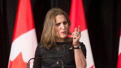 La ministre canadienne des Affaires étrangères, Chrystia Freeland, a emboîté le pas aux alliés britannique et américain en condamnant le 19 mars dernier l'attaque russe. Photo : Reuters/Christinne Muschi