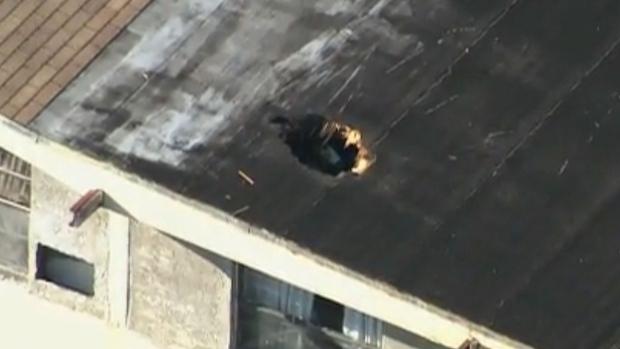 Dans un incident bizarre mercredi, un radeau gonflable est tombé d'un hélicoptère de l'Aviation royale canadienne et a percuté le toit d'une maison de Miami, blessant une femme à l'intérieur. Photo : Miami Herald