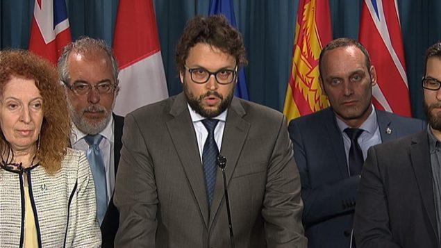 Gabriel Ste-Marie n'a pas mâché ses mots lorsqu'il s'est adressé à la presse avec six de ses collègues mercredi après-midi. Photo : Radio-Canada