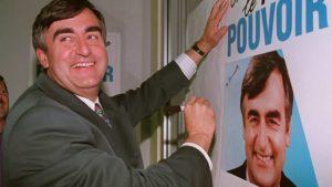 Le 22 mai 1990, Lucien Bouchard, alors ministre fédéral de l'Environnement dans le gouvernement progressiste-conservateur de Brian Mulroney, démissionne de son poste. Avec cinq autres députés de la Chambre des communes, Lucien Bouchard forme le Bloc québécois qui prône la souveraineté du Québec.