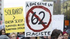 Des manifestants qui protestaient l'automne dernier contre la nouvelle loi québécoise sur la neutralité religieuse qui prévoit que les services gouvernementaux doivent être livrés et reçus à visage découvert. Photo : Radio-Canada