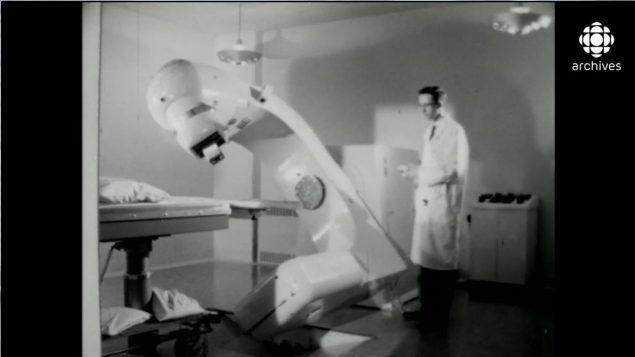 Recherche en médecine nucléaire au laboratoire de Chalk River en 1958, tirée du documentaire Here & There de la CBC Photo : Radio-Canada