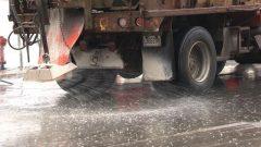 Un camion épand des sels de déglaçage. Photo : Radio-Canada