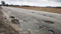 Une route en mauvais état dans un secteur rural. Photo Radio-Canada