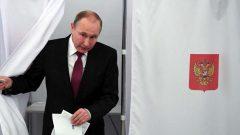 Vladimir Poutine dans un bureau de vote au moment de sa réélection cette semaine. Photo AFP