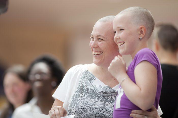 se raser le cr ne en soutien aux enfants qui souffrent de cancer. Black Bedroom Furniture Sets. Home Design Ideas