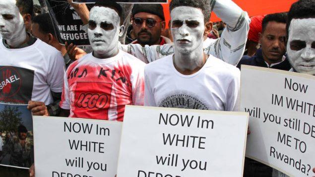 Des hommes et des femmes d'Érythrée et du Soudan manifestent silencieusement en Israël le 2 avril pour s'opposer au plan israélien d'expulser ou de détailler des milliers de réfugiés africains. (Derek Stoffel / CBC)