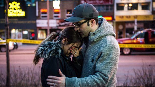 Farzad Salehi console sa femme Mehrsa Marjani, qui a été témoin de l'attaque. Photo : La Presse canadienne/Aaron Vincent Elkaim