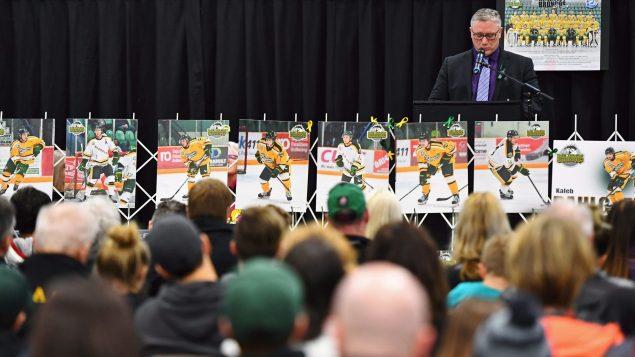 Humboldt: des centaines de gens étaient réunies à l'aréna - Photo : La Presse canadienne
