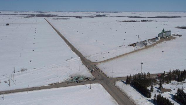 Une vue aérienne du lieu de l'accident à l'intersection de la route 335 et de l'autoroute 35. (Jonathan Hayward / Canadian Press)