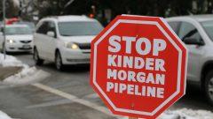 Un panneau d'opposition à Kinder Morgan à Vancouver Photo : Radio-Canada/Jon Hernandez