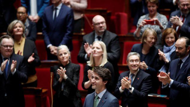 Le premier ministre canadien Justin Trudeau est applaudi par les membres du gouvernement français et les députés alors qu'il arrive pour prononcer un discours à l'Assemblée nationale à Paris, en France, le 17 avril 2018. © REUTERS/Benoit Tessier
