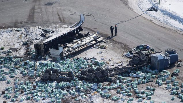 Vue aérienne de ce qu'il rest de l'autobus des Broncos de Humboldt qui est entré en colliion avec un camion le 6 avril en Saskatchewan.
