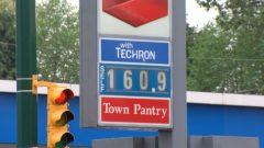 À la fin avril, le litre d'essence atteingnait plus 1,60 dollars en Colombie-Britannique.