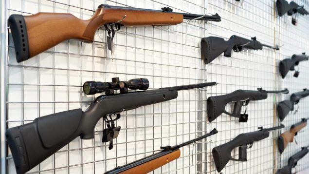 Des armes à feu en montre dans un magasin.