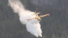 Des avions déversent de l'eau sur des feux dans le nord de l'Ontario.