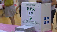 Une des boîtes de scrutin dans laquelle on dépose les bulletins de vote au Québec.