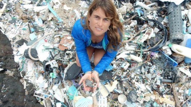 La scientifique Sarah-Jeanne Royer tient des microplastiques dans ses mains sur la plus grand île d'Hawaï.