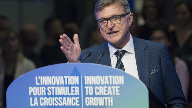 Marc Parent de CAE annonce un investissement de 1 milliard de dollars.