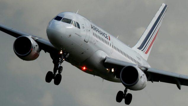 Un avion Airbus d'Air France s'apprête à atterrir à Paris,