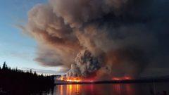 Un violent feu de forêt avance dans le parc Tweedsmuir en Colombie-Britannique.