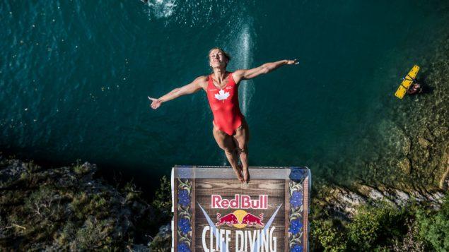 La plongeuse Lysanne Richard s'élance d'une plateforme de 21 mètres à Sisikon en Suisse.