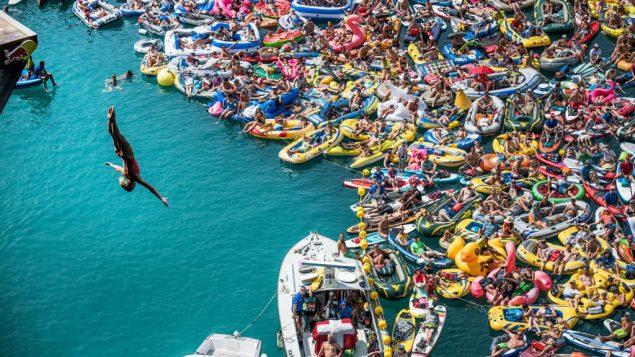 La Canadienne Lysanne Richard plonge vers l'or devant une foule sur des bateaux en Suisse.