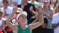 Simona Halep lève les bras en signe de victoire après son match de tennis contre Sloane Stephens à Montréal.