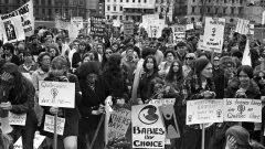 Des femmes marchent dans la rue pour défendre l'accès à l'avortement.