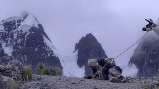 Un vieux couple de la nation aymara attend le retour de leur fils autochtone dans un village montagneux du Pérou.