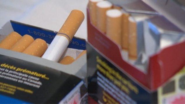 Deux paquest de cigarettes bien en vue.