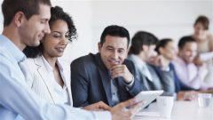Des travailleurs partagent des informations lors d'une réunion.