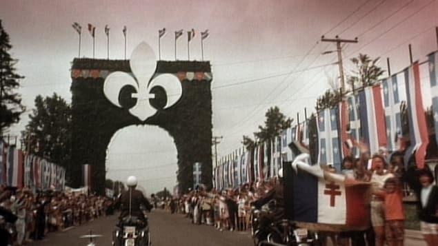 L'arc de triomphe construit spécialement pour la venue de Charles de Gaulle au Québec Photo : Jean-Claude Labrecque