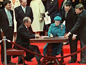 Signature de la Constitution canadienne par la reine Elizabeth II à Ottawa, le 17 avril 1982, en présence du premier ministre Pierre Trudeau Photo: La Presse canadienne / Stf-Ron Poling