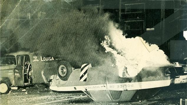 Une voiture de police en feu lors de la crise d'octobre/Radio Canada