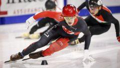 Le patineur de vitesse de courte piste Samuel Girard lors d'un virage dans une épreuve de 500 mètres.
