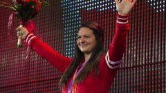 L'haltérophile Christine Girard avec ses deux médailles olympiques au cou à Ottawa.