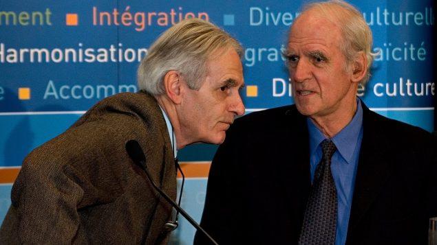 Gerard Bouchard (à gauche) et Charles Taylor les deux co-présidents de la Commission sur les accommodements raisonnables accordés aux minorités culturelles et religieuses. - Photo : Jacques Boissinot/La Presse Canadienne