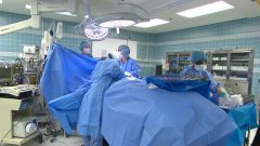 Un patient subit une intervention chirurgicale dans une salle d'opération.