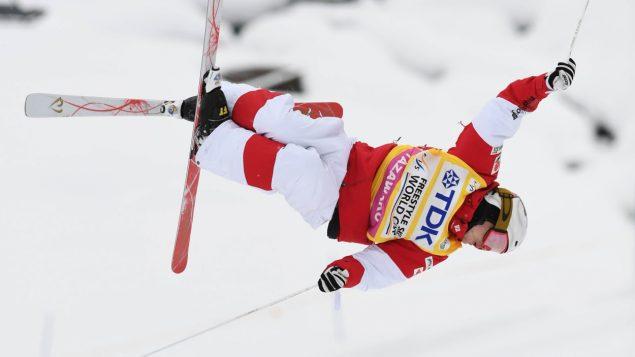 Mikaël KIngsbury en plein saut de ski acrobatique.