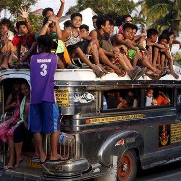 En mission humanitaire - Épisode 3 : En mission, elle goûte aux piments des Philippines